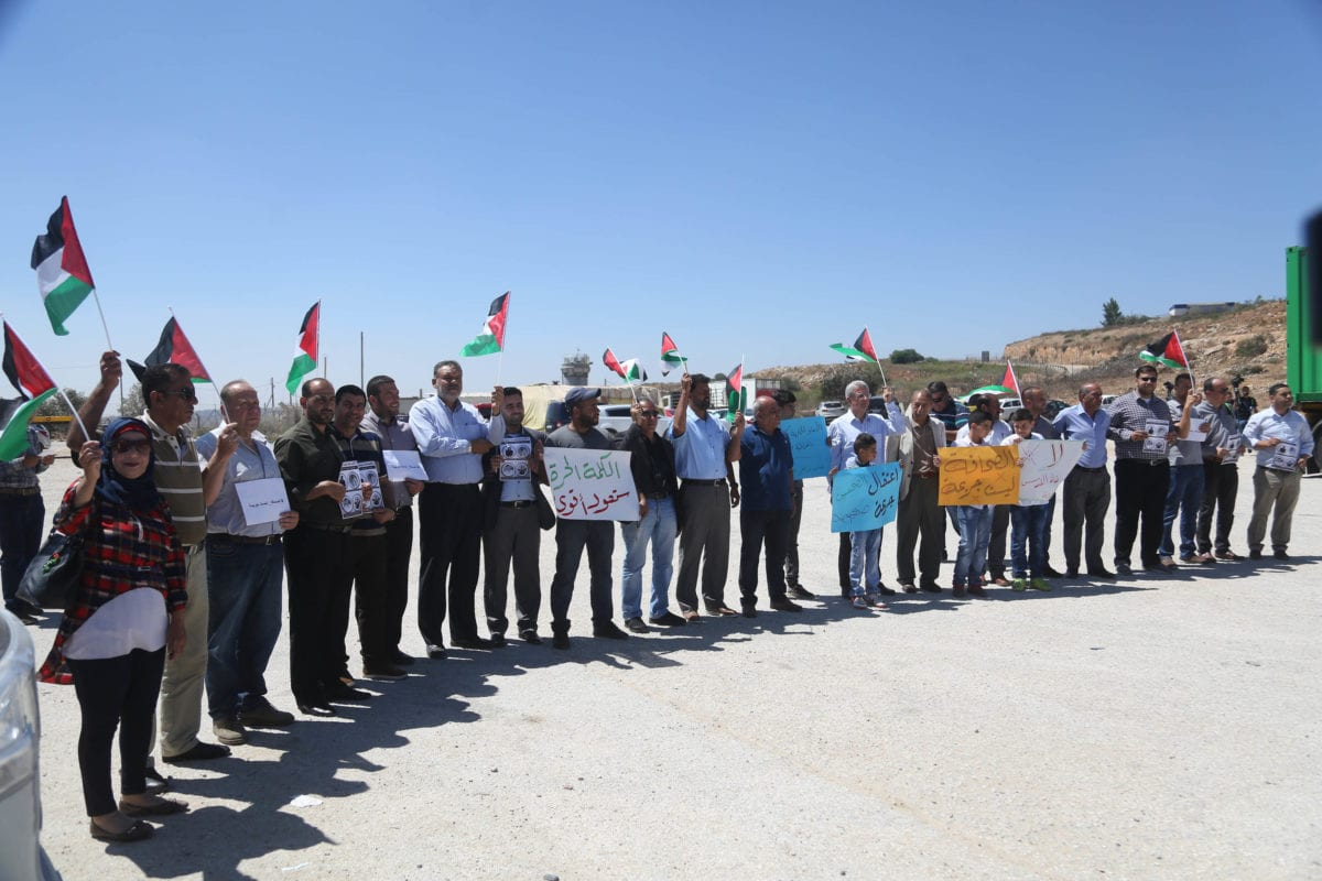 Palestinian journalists stage a protest demanding releasing of the Palestinian journalists in front of the Ofer prison in Ramallah, West Bank on 5 August, 2018 [Issam Rimawi/Anadolu Agency]
