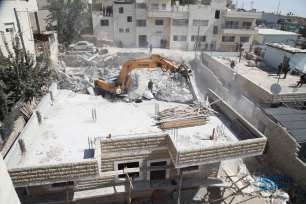 Israeli excavators demolish a Palestinian building for allegedly being unauthorized in Al-Issawiya district of East Jerusalem on August 15, 2018. ( Mostafa Alkharouf - Anadolu Agency )
