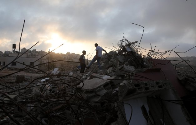 Palestinians inspect the home of Muhammad Tarek Ibrahim Dar Yusuf, who allegedly killed a settler in a stabbing attack, after it was brought down by Israeli forces in Kubar village north of Ramallah, West Bank on 28 August, 2018 [Issam Rimawi/Anadolu Agency]