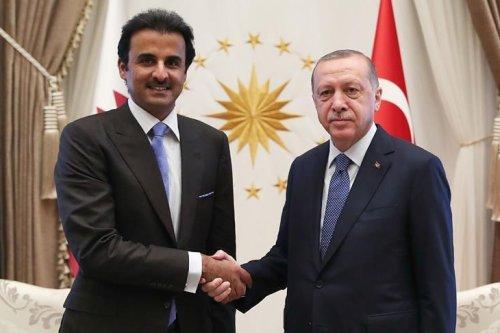 Turkish President Recep Tayyip Erdogan (R) and Emir of Qatar Sheikh Tamim bin Hamad Al Thani