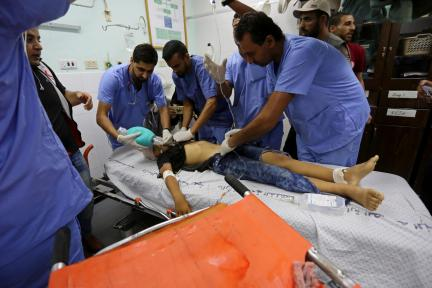 "Palestinian paramedics give medical attention to a child after he was shot by Israeli forces during demonstrations at the Israeli border within the ""Great March of Return"", at the European Hospital in Khan Yunis, Gaza on September 28, 2018. ( Ashraf Amra - Anadolu Agency )"