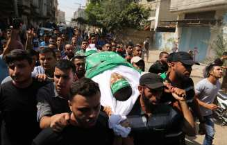 "Palestinians carry the dead body of Mohammad Ali Inshasi, who was killed by Israeli soldiers during ""Great March of Return"" demonstrations, during his funeral ceremony in Khan Yunis, Gaza on September 29, 2018. ( Ashraf Amra - Anadolu Agency )"