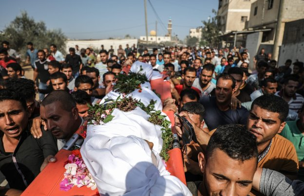 """Palestinians carry the dead body of Nasser Azmi Musbih (12), who was killed by Israeli soldiers during """"Great March of Return"""" demonstrations, during his funeral ceremony in Khan Yunis, Gaza on 29 September, 2018 [Ali Jadallah/Anadolu Agency]"""