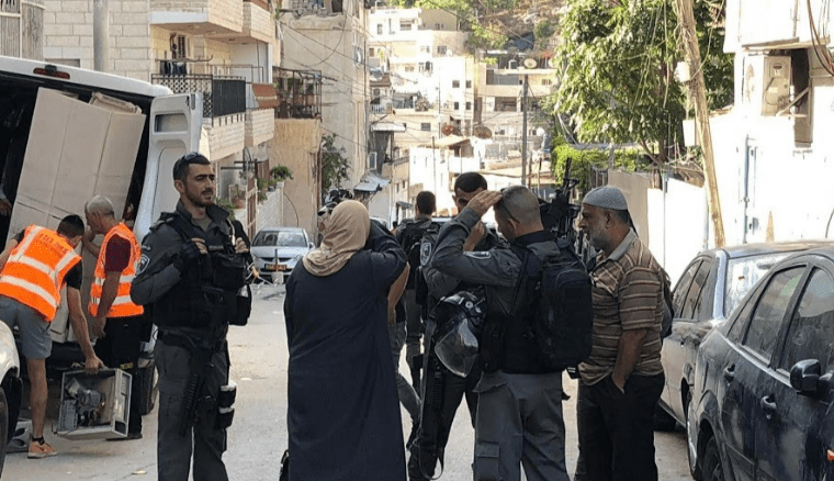 Israeli settlers took over a Palestinian house in Silwan after Israeli occupation officers forced the Palestinian inhabitants out using gunfire [silwanic.net]