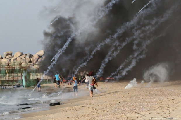 Israeli forces attack protesters during the 'maritime demonstration' to break the Gaza blockade by sea with vessels in Gaza City, Gaza on 22 October 2018 [Mustafa Hassona/Anadolu Agency]