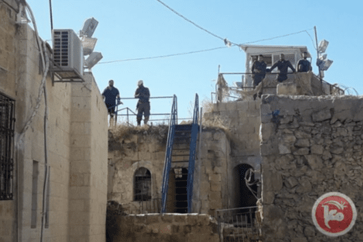 A group of Israeli settlers raided two Palestinian buildings in Hebron's Old City on 29 October, 2018 [Maannews]