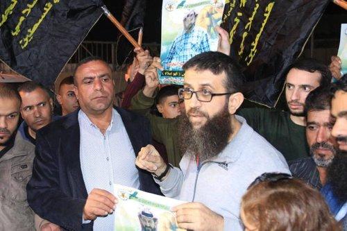 Palestinian hunger striker Khader Adnan has been freed after 11 months in Israeli jails [Twitter]