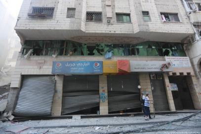 Shops are among those destroyed in last night's deadly strikes. 13 November 2018 [Mohammed Asad/Middle East Monitor]
