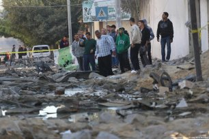 Roads destroyed in Gaza after Israeli airstrike. 13 November 2018 [Mohammed Asad/Middle East Monitor]