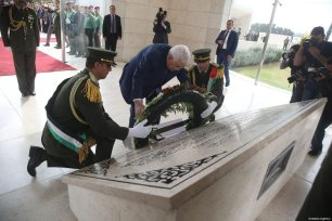 Palestinian President Mahmoud Abbas lays a wreath at at the tomb of Yasser Arafat, in the West Bank city of Ramallah, to commemorate the 14th anniversary of his death, on November 11, 2018 [Issam Rimawi/Anadolu Agency]