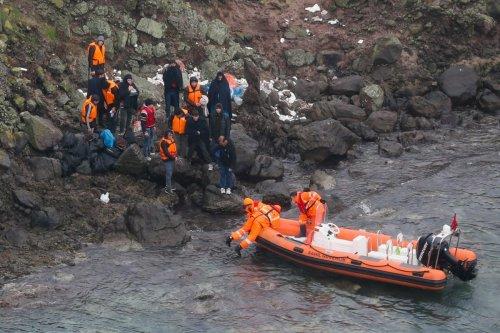 Members of Turkish Coast Guard Command launch rescue operation for irregular migrants stranded on Yumurta Island in Aegean town of Ayvalik district of the western Balikesir province, on 19 November, 2018 in Balikesir, Turkey [Evren Atalay/Anadolu Agency]
