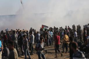 Palestinian protesters at the Gaza-Israel border during the Great March of Return on 2 November 2018 [Middle East Monitor]