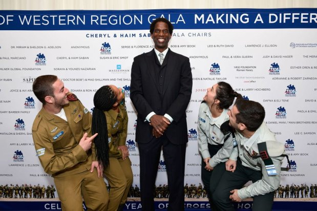 Former professional basketball player A.C. Green (C) and IDF soldiers attend Friends of The Israel Defense Forces (FIDF) Western Region Gala at The Beverly Hilton Hotel on 1 November, 2018 in Beverly Hills, California [Shahar Azran/Getty Images]