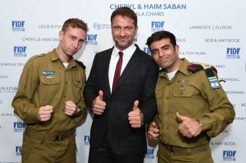 Gerard Butler (center) with IDF Staff Sgt. Nathan (left) and IDF Staff Sgt. Maor (right) at the FIDF Western Region Gala at The Beverly Hilton Hotel on 2 November, 2017 in Beverly Hills, California [Shahar Azran/Getty Images]