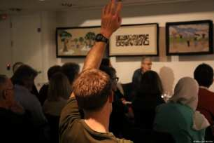 An audience member raises his hand to ask a question at the Palestinian History Tapestry Event at the P21 Gallery in London on 11 December 2018 [Middle East Monitor]