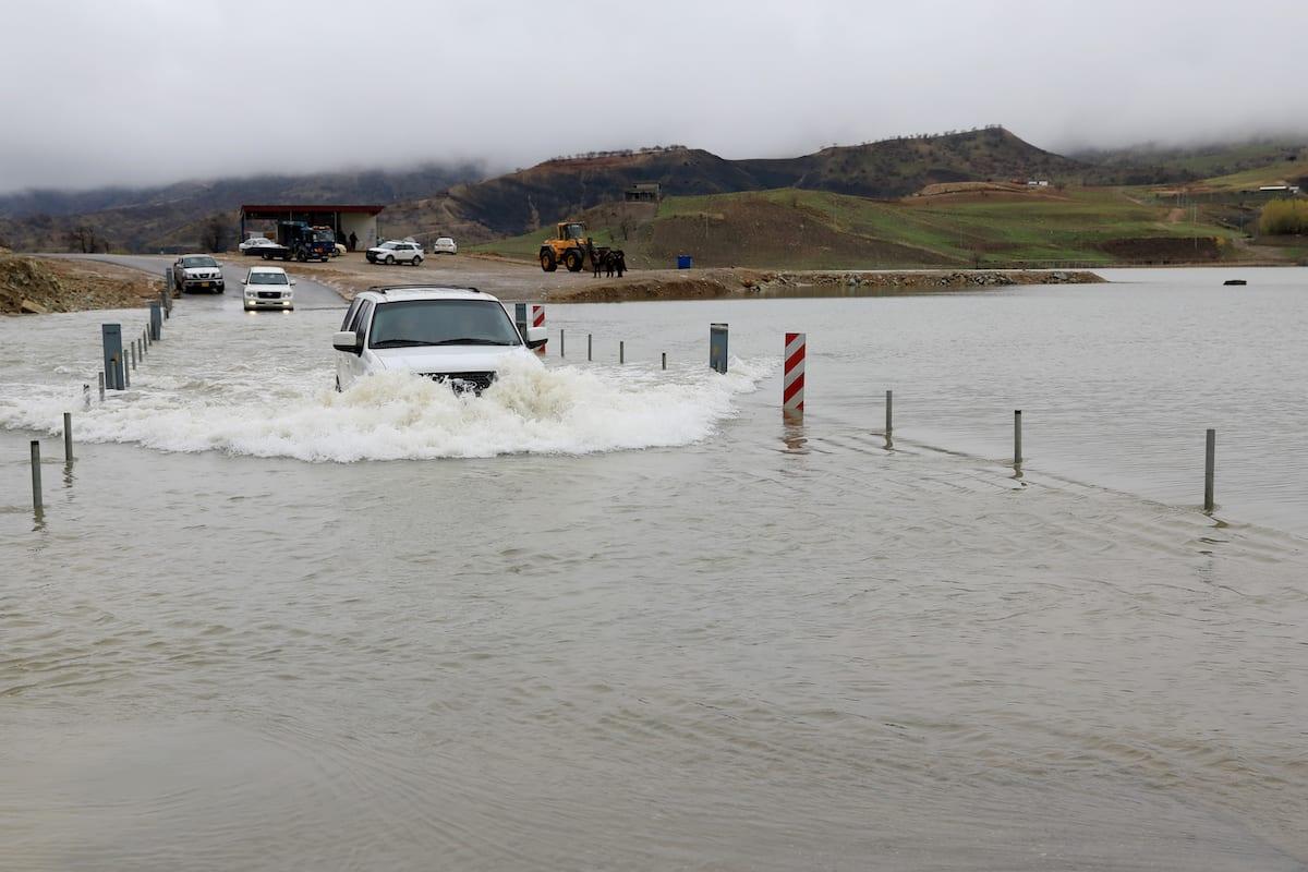 Water from heavy rain blocks access to roads for vehicles in Erbil, Iraq on 9 December 2018 [Yunus Keleş/Anadolu Agency]