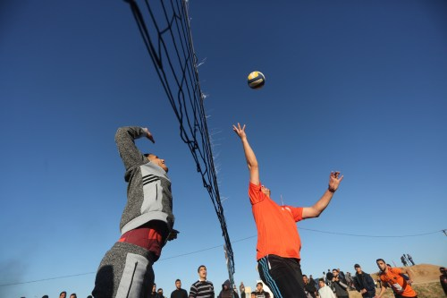 Palestinian athletes play regular volleyball matches in the area of Al-Awda refugee camp, east of Gaza City on 17 December 2018 [Mohammed Asad/Middle East Monitor]