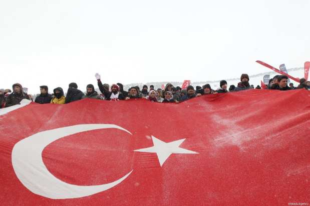 """People gather at the Kizilcubuk Peak within the """"Turkey Marches with Martyrs"""" march held to commemorate the martyrs of the World War I Battle of Sarikamis, in Kars, Turkey on January 06, 2019 [Fahrettin Gök / Anadolu Agency]"""