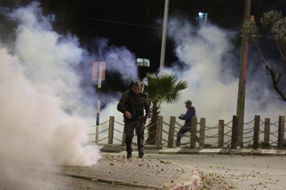 Israeli forces fire at Palestinians with plastic bullets during a protest after Israeli forces raid houses and shops in Ramallah, West Bank on 7 January 2019 [Issam Rimawi/Anadolu Agency]