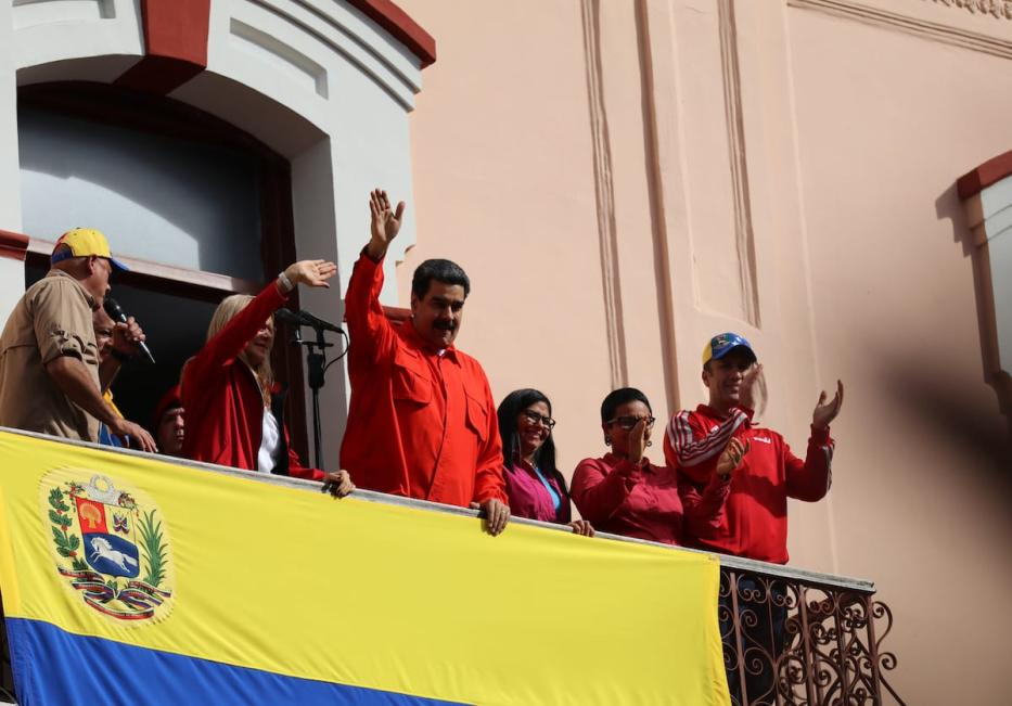 Venezuela's President Nicolas Maduro (C) accompanied by Maduro's wife Cilia Flores (2nd L), Venezuelan Vice Presidents Delcy Rodriguez (3rd R) and Tareck El Aissami (R), greets his supporters during a gathering against oppositions' rallies in front of the Miraflores Palace in Caracas on 23 January 2019. [Lokman İlhan - Anadolu Agency]