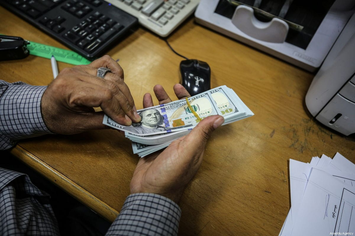 Palestinians retrieve money at a post office in Gaza City, Gaza on 26 January 2019 [Ali Jadallah/Anadolu Agency]