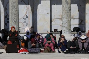Palestinian women are praying during the Friday prayer at Al-Aqsa Mosque Compound in Jerusalem on January 04, 2019. ( Mostafa Alkharouf - Anadolu Agency )