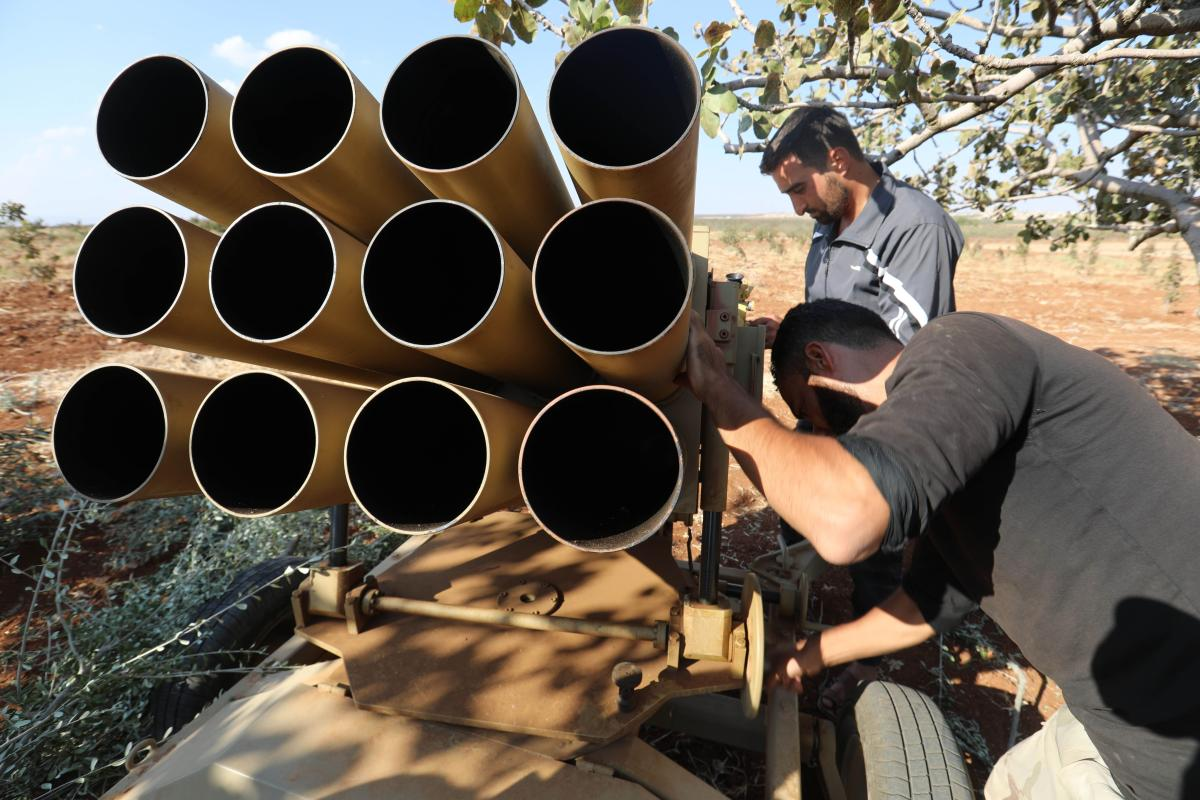 Syrian opposition fighters prepare heavy artillery in the Syrian village of Al-Zakat on 17 September 2018 [OMAR HAJ KADOUR/AFP/Getty Images]
