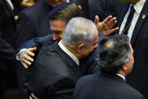 Brazil's President Jair Bolsonaro (C) greets Israel's Prime Minister Benjamin Netanyahu (L) in Brasilia on 1 January 2019 [NELSON ALMEIDA/AFP/Getty Images]