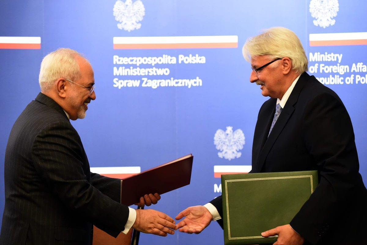 Polish Foreign Minister Witold Waszczykowski (R) exchange documents with Iran's Foreign Minister Mohammad Javad Zarif during their meeting on May 29, 2016 in Warsaw. (Photo by JANEK SKARZYNSKI/AFP/Getty Images)