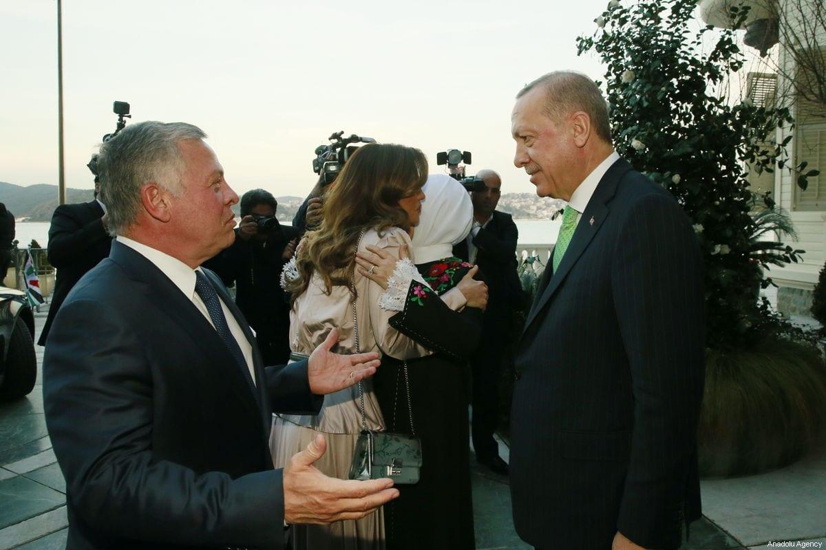 Turkish President Recep Tayyip Erdogan (R) and his wife Emine Erdogan (right 2) welcome Jordanian King Abdullah II (left 2) and Queen Rania Al Abdullah of Jordan (L) before a dinner at Tarabya Presidential Residence in Istanbul, Turkey on 2 February 2019. [TURKISH PRESIDENCY / MURAT CETINMUHURDAR / HANDOUT - Anadolu Agency]