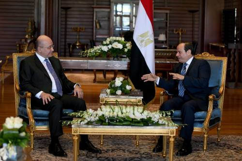 Iraqi President Barham Salih (L) meets Egyptian President Abdel Fattah el-Sisi (R) in Sharm el Sheikh, Egypt on 24 February 2019. [IRAQI PRESIDENCY PRESS OFFICE / HANDOUT - Anadolu Agency]