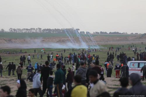 Israeli forces fire at Palestinians during the Great March of Return on 2 February 2019 [Mohammed Asad/Middle East Monitor]