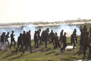 Israeli soldiers fire at Palestinians during the Great March of Return on 8 February 2019 [Mohammed Asad/Middle East Monitor]