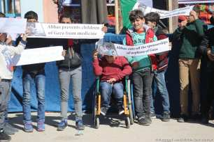 Hundreds of orphaned children called on the international community to end the siege on the Gaza Strip near the Beit Hanoun Erez checkpoint [Mohammed Asad/Middle East Monitor]