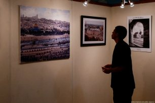 A visitor views the photo exhibition about history of Palestine during the 54th Anniversary of the Palestinian Revolution in Jakarta, Indonesia on 27 February 2019 [Anton Raharjo/Anadolu Agency
