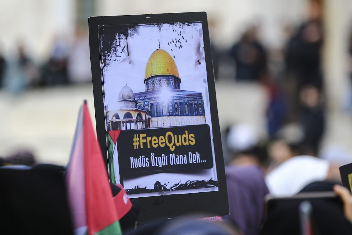 Representatives of non governmental organizations stage a demonstration in support of Palestinian women as a protester holds an image of al-Aqsa Mosque in Istanbul, Turkey on March 01, 2019. ( Serhat Çağdaş - Anadolu Agency )