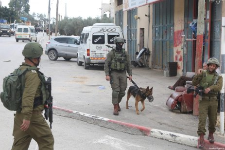 Israeli soldiers seen roaming the West Bank as part of a manhunt to catch a Palestinian accused of killing an Israeli settler and wounding two others in two different shooting attacks in Ramallah, West Bank on March 17, 2019 [Issam Rimawi / Anadolu Agency]