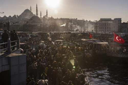 People enjoy the sunny weather in Eminonu neighborhood of Fatih district in Istanbul, Turkey on 17 March 2019. [Arif Hüdaverdi Yaman - Anadolu Agency]