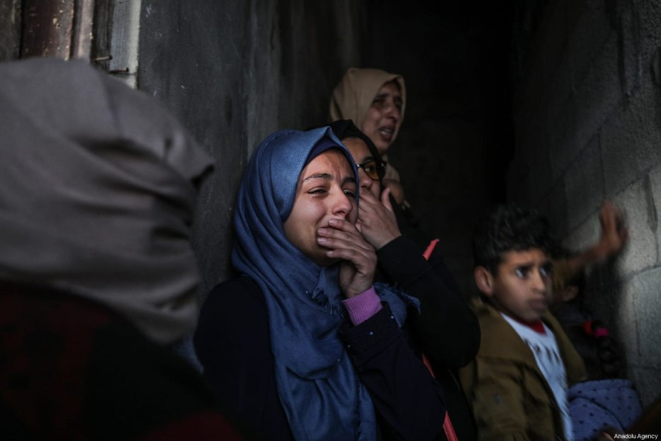 """Relatives of Bilal Mamud en-Neccar (17), who was killed by Israeli forces in """"Great March of Return"""" and """"Palestinian Land Day"""" demonstrations, mourn during his funeral ceremony in Khan Yunis, Gaza on 31 March 2019. [Mustafa Hassona - Anadolu Agency]"""