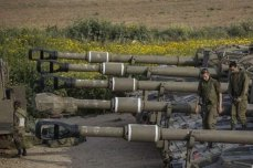 Israeli soldiers can be seen on top of tanks on their way heading to the Gaza-Israel fence on 28 March 2019 [Maan News]