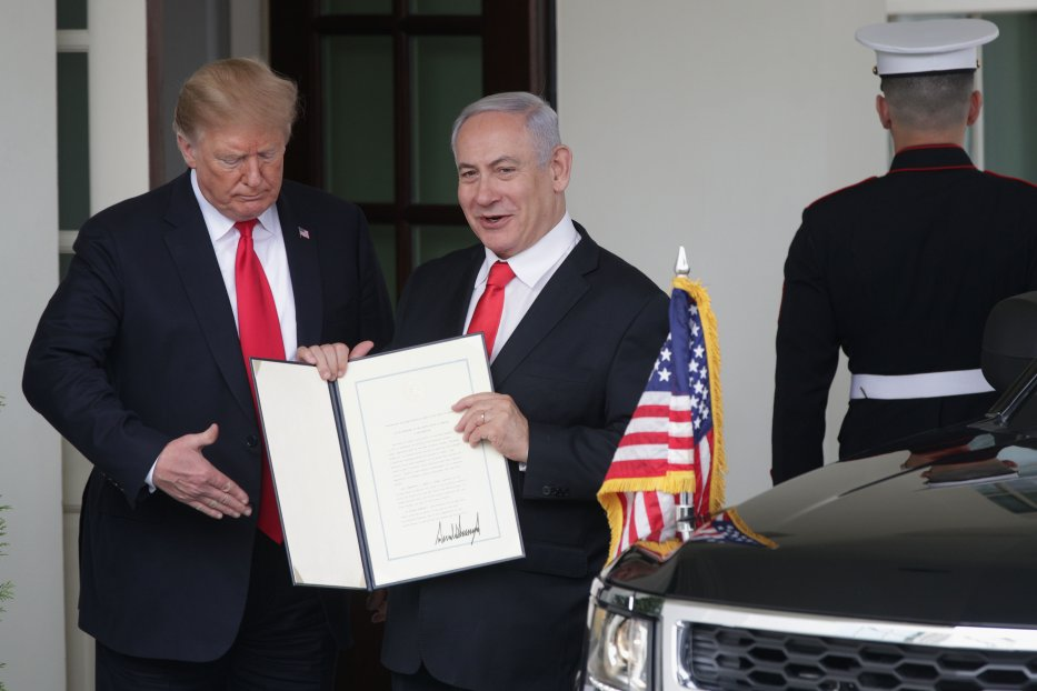 U.S. President Donald Trump (L) and Prime Minister of Israel Benjamin Netanyahu (R) show members of the media the proclamation Trump signed on recognising Israel's sovereignty over Golan Heights after their meeting outside the West Wing of the White House 25 March 2019 in Washington, DC. [Alex Wong/Getty Images]