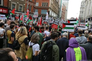 Protesters gathered in front of the Israeli Embassy in central London, in support of Gaza's anniversary march of the 'Great March of Return', in London, UK on March 30, 2018 [Palestinian Forum in Britain]