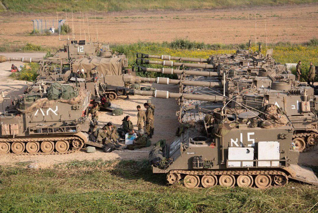 Israeli military reinforcements, tanks and artillery units, can be seen amassed at the Gaza-Israel border on 28 March 2019 [MiddleEastMonitor]