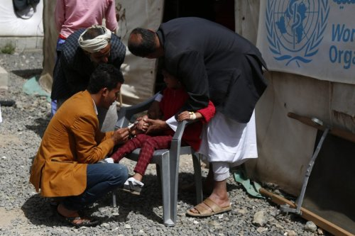 Cholera-infected patients receive medical treatment outside Al Sabeen Hospital due to lack of capacity in Sana'a, Yemen on 1 April 2019. [Mohammed Hamoud - Anadolu Agency]