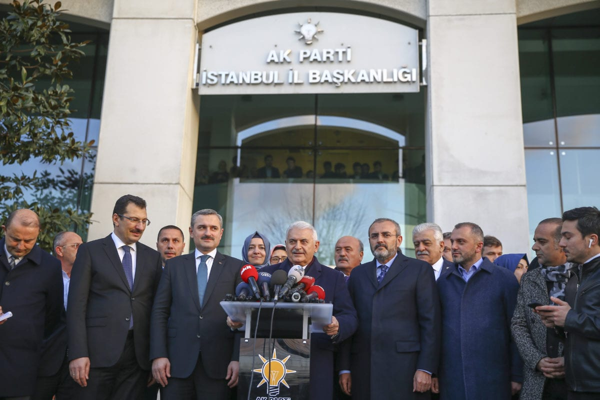 Turkey's ruling Justice and Development (AK) Party's Istanbul mayoral candidate Binali Yildirim (C) speaks to press members in Istanbul, Turkey on 3 April 2019. [Serhat Çağdaş - Anadolu Agency]