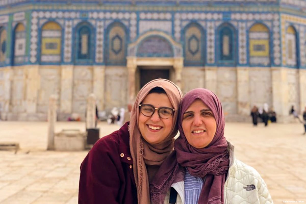 Nour Hawash and her mother during her Spring Break vacation in Jerusalem, taking a picture in front of Al-Aqsa Mosque in April 2019 [Safa Hawash/Twitter]