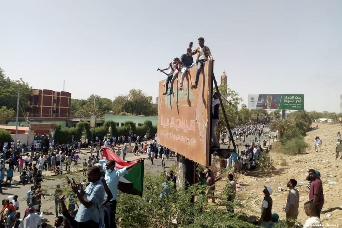 Sudanese protesters, demand the resignation of Sudanese President Omar Al-Bashir, in Khartoum, Sudan on 7 April 2019 [Stringer/Anadolu Agency]