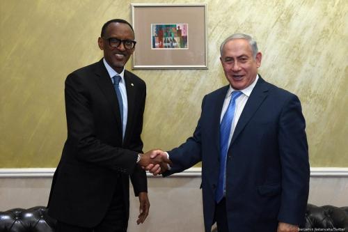Rwandan President Paul Kagame (L) and Israeli Prime Minister Benjamin Netanyahu in Kigali, Rwanda on 28 November 2017 [Benjamin Netanyahu/Twitter]