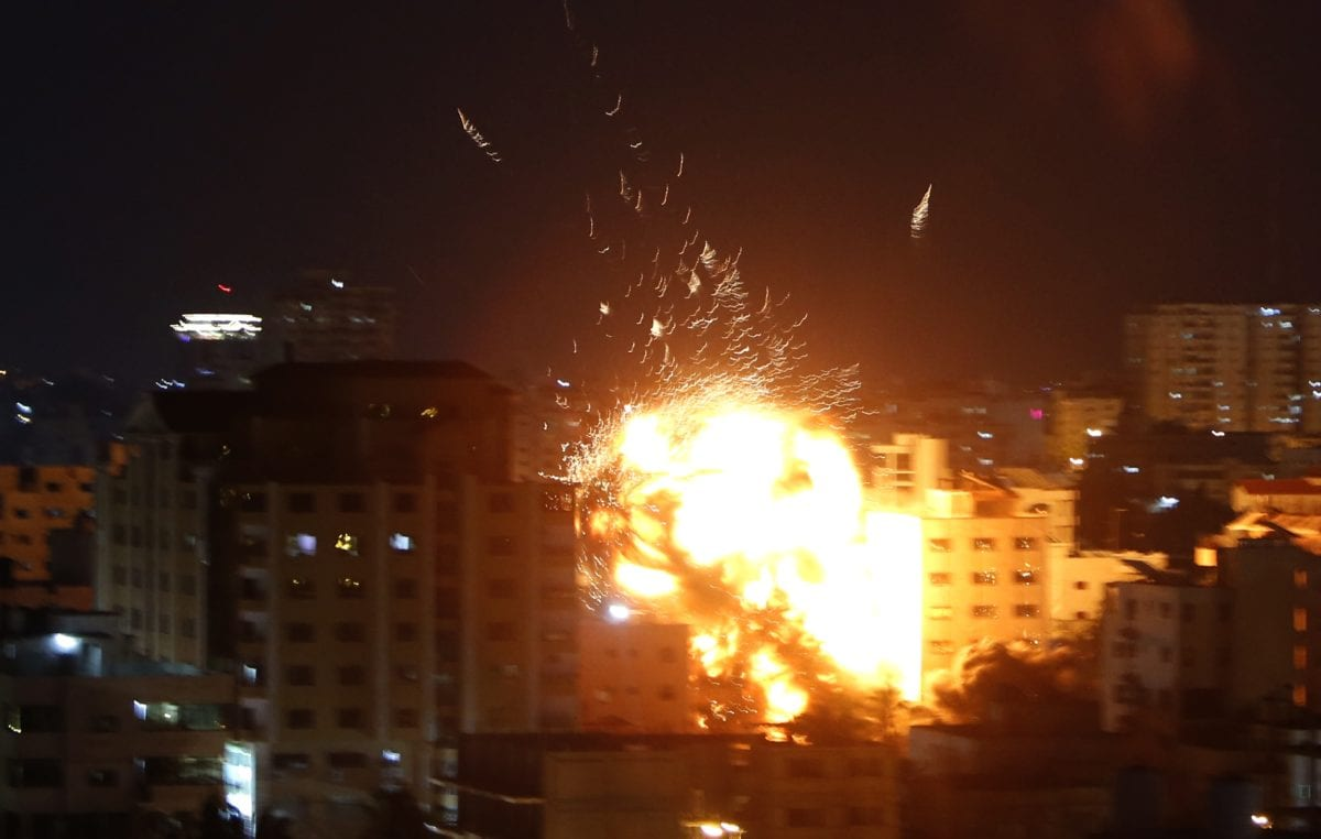 Fire rises after Israeli warplanes hit the building where Anadolu Agency's office is located in Gaza on May 4, 2019. [Ashraf Amra - Anadolu Agency]