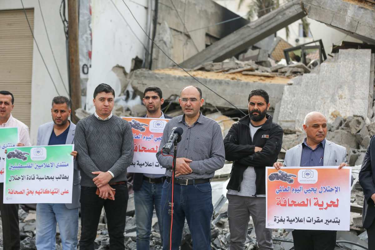 Anadolu Agency's Gaza representative Yasser al-Benna (C) speaks during a demonstration as journalists gather in front of the wreckage of the Anadolu Agency's office after it was hit by Israeli warplanes' in 5 Gaza, 2019 [Mustafa Hassona/Anadolu Agency]